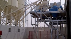 Cement feeding by screw conveyors and reversible screws